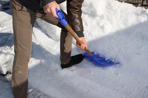 雪かきは腰や膝に負担がかかるのでストレッチでケアしましょう!鴨居内田接骨院