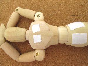 腰痛は湿布ではなく股関節ストレッチが根本治療になります。鴨居内田接骨院